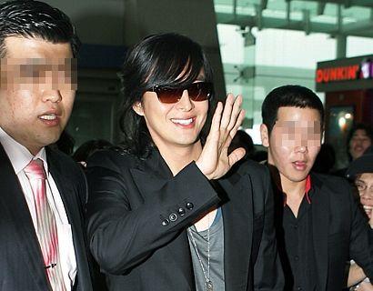 韓国を出発する韓国俳優 ペ・ヨンジュン