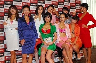 女性キャスターが服を脱ぎながらニュースを読む韓国版ネイキッドニュース